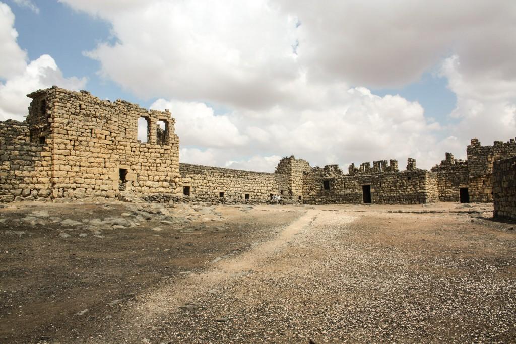 jordan-desert-castles-qasr-azraq-courtyard-1024x683